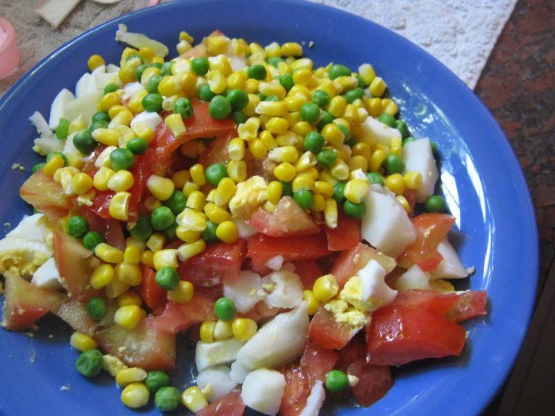 plato de ensalada maíz arvejas