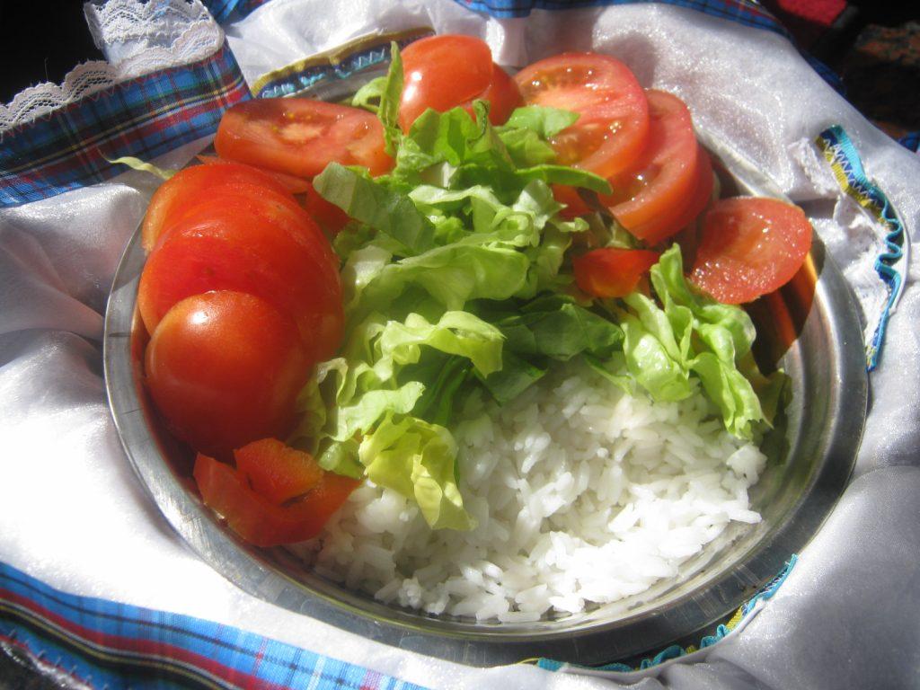 plato tomates lechuga arroz