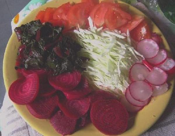 plato de ensalada tomate remolacha