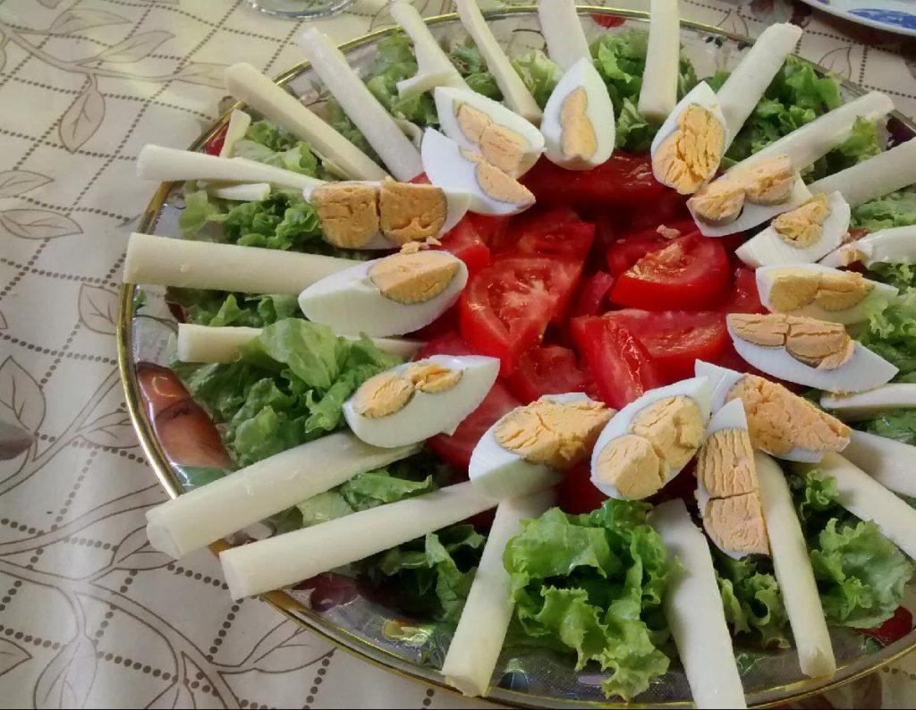 plato de ensalada huevos tomates