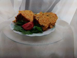 plato con rodajas de budin zanahoria