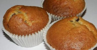 plato con tres muffins