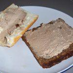 plato con rodajas de pan untadas
