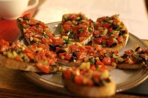 Tostadas (bruschetta) con vegetales y huevos