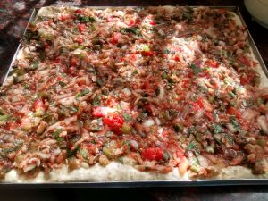 Una rica pizza con la salsa en crudo...