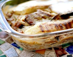 Pastel de berenjenas, arroz y salsa de tomate