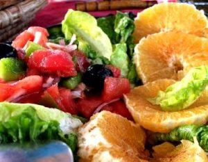 Ensalada de arvejas (chícharos, guisantes) con manzanas y naranjas