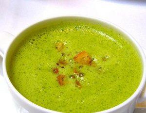 Sopa genial de espinaca, brotes de soja y tofu