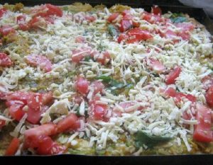 Pizza con harina integral y cubierta con vegetales.