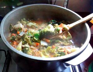 Guiso de cebolla de verdeo, lentejas y brócoli