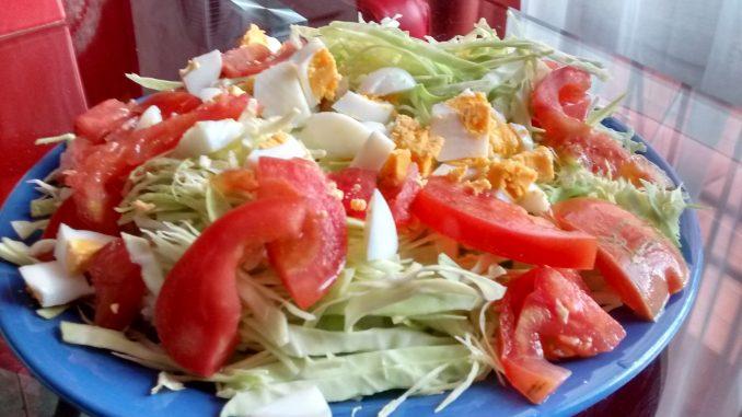 un plato de ensalada de repollo