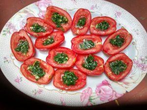 Tomates adobados con ajo y perejil
