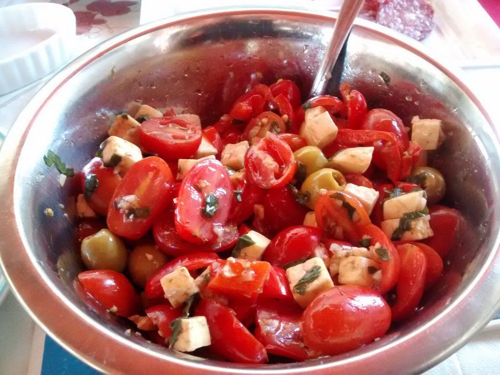 Un bol de ensalada mediterránea