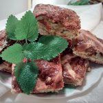 Un plato de pasta frola de orégano, cortada