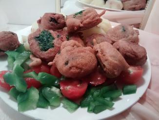 plato con buñuelos sin huevo de espinaca