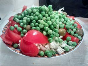 Ensalada de arvejas, repollo, tomate