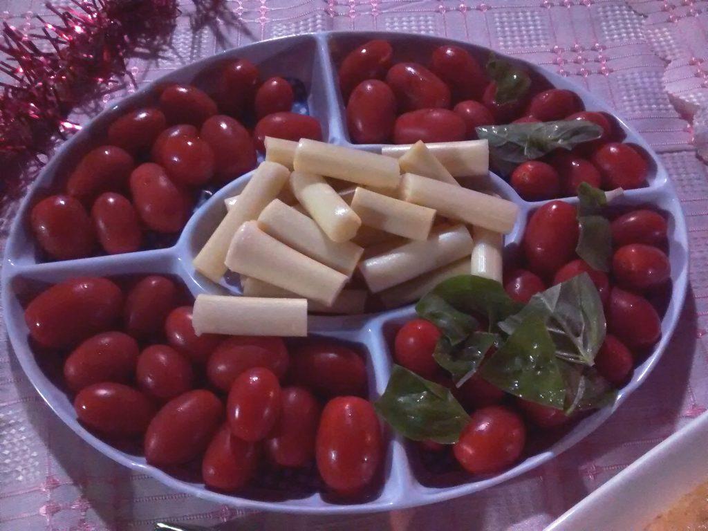 plato con ensalada de tomates cherry