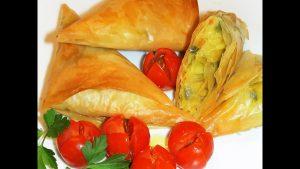 Triángulos de masa filo con verduras al curry